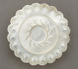 1953F15 Pearl button with scalloped outline
